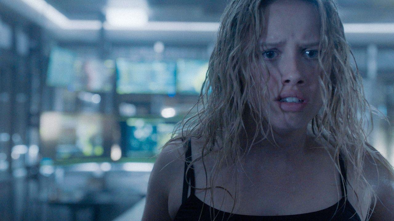 Als Clem (Gracie Dzienny) aus dem Tank steigt, findet sie die gesamte Crew verletzt vor. Kann und will Sam ihr und den Teammitgliedern helfen? - Bildquelle: 2017 CBS Broadcasting, Inc. All Rights Reserved