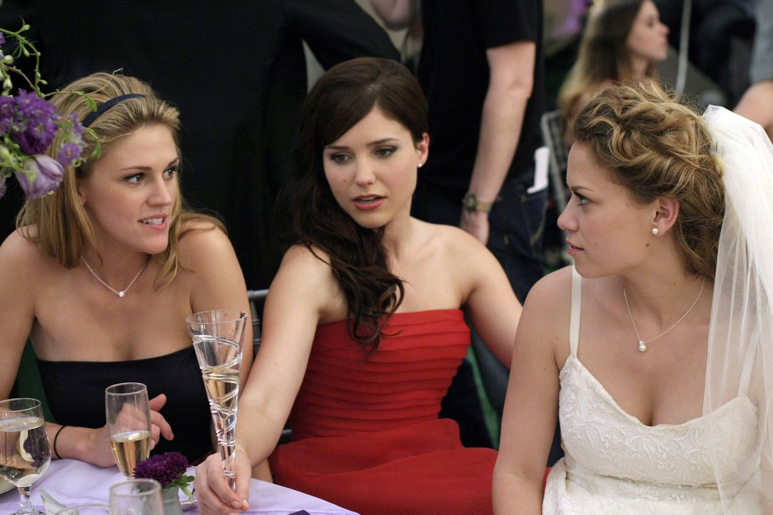 Der Tag hält noch viele Überraschungen für Haley (Bethany Joy Galeotti, r.) und Brooke (Sophia Bush, M.) und bereit ... - Bildquelle: Warner Bros. Pictures