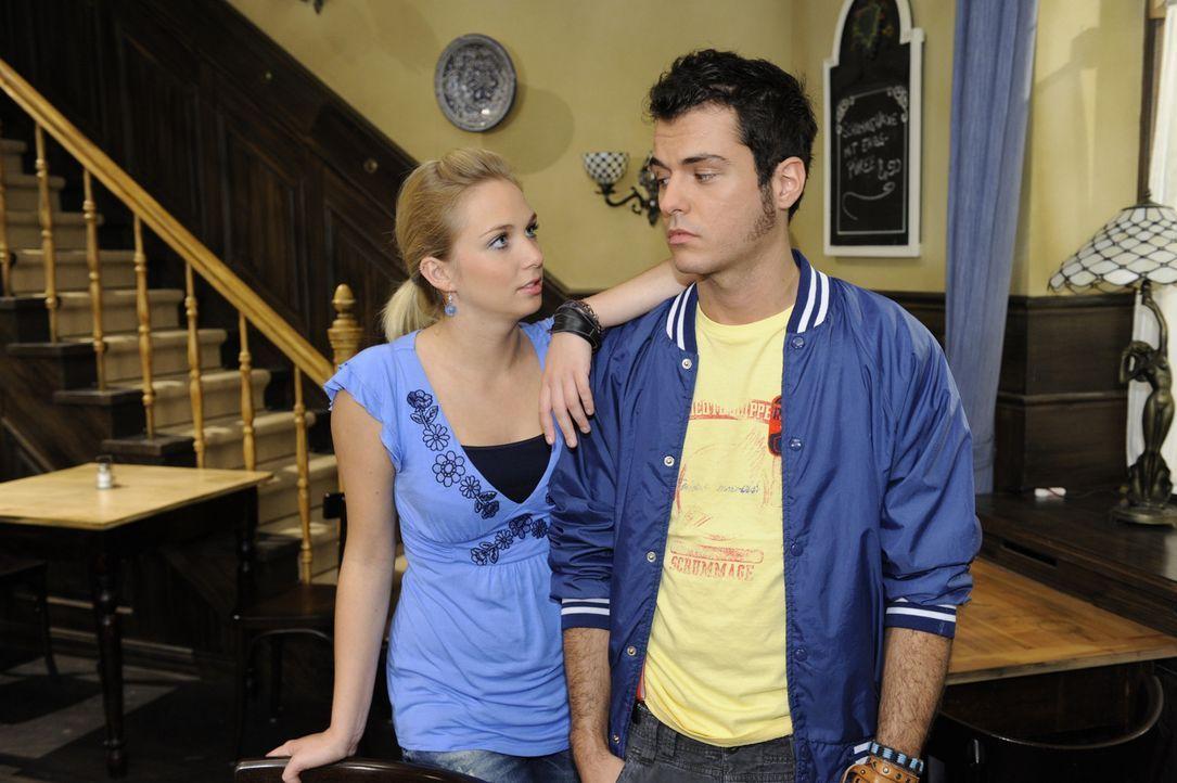 Lily (Jil Funke, l.) macht Maik (Sebastian König, r.) klar, dass er seine Gefühle für Paloma nicht länger für sich behalten soll ... - Bildquelle: SAT.1