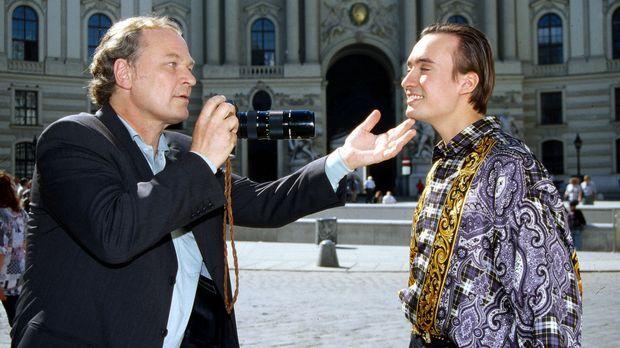 Der deutsche Tourist Bernd Holzmann (Michael König, l.) fotografiert bei sein...