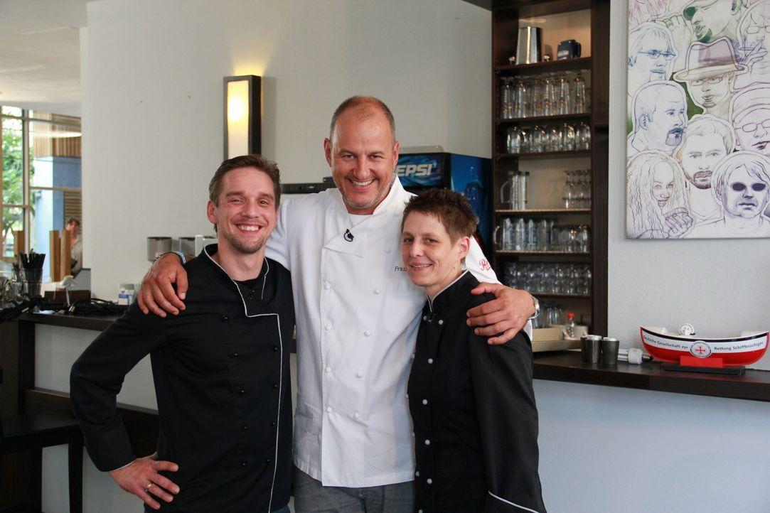 """Gemeinsam sind sie stark: Mit der Unterstützung von Frank Rosin (M.) wollen Inhaber Jan Schönherr (l.) und Köchin Tanja Müller (r.) die """"Brasserie &... - Bildquelle: kabel eins"""