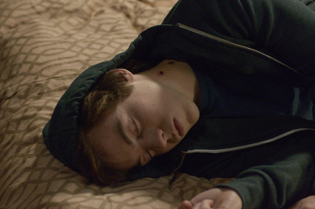Kenny (Connor Price) hat inzwischen genug von seinem Leben im Krankenhaus und bittet Aidan, ihn zu verwandeln. Doch ist das wirklich eine gute Idee? - Bildquelle: Phillipe Bosse 2013 B.H. 2 Productions (Muse) Inc. ALL RIGHTS RESERVED.