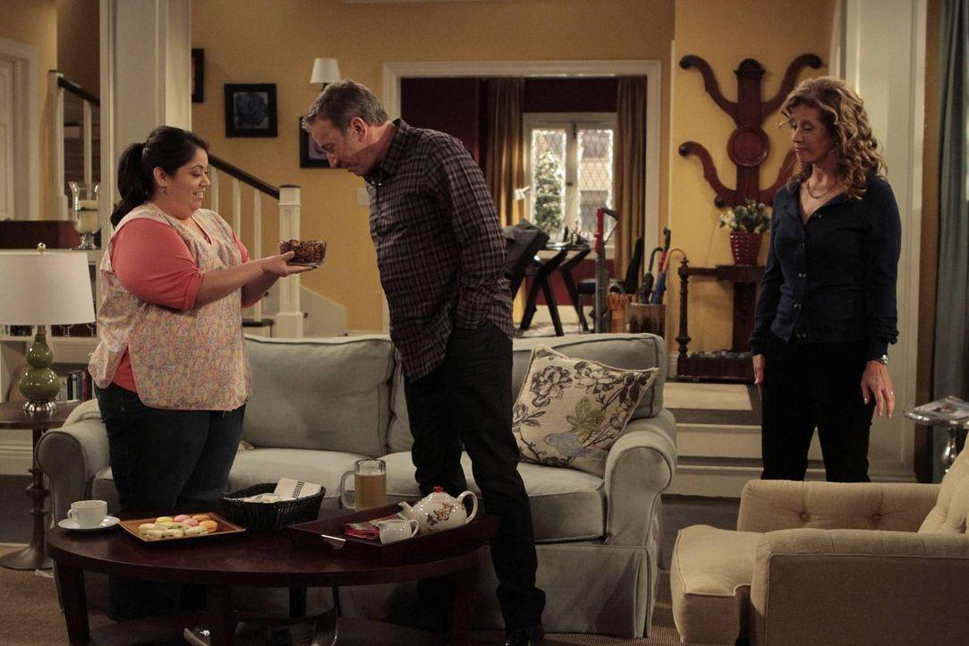 Inzwischen hat sich Vanessa (Nancy Travis, r.) nach Ersatz umgesehen und übernimmt Blanca (Carla Maria Jimenez, l.), die Haushälterin einer Nachbari... - Bildquelle: 2011 Twentieth Century Fox Film Corporation