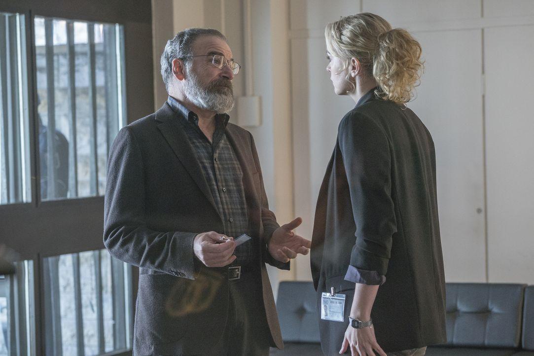 Können sie den geplanten Anschlag noch abwenden? Saul (Mandy Patinkin, l.) und Astrid (Nina Hoss, r.) versuchen alles, damit niemand zu Schaden komm... - Bildquelle: Stephan Rabold 2015 Showtime Networks, Inc., a CBS Company. All rights reserved.
