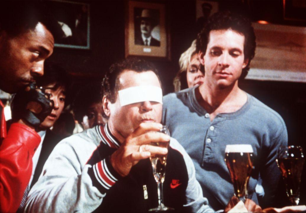 Mit unkonventionellen Methoden arbeitet der, an die Police Academy zurückgekehrte, Ex-Chaot Mahoney (Steve Guttenberg, r.) als Ausbilder ... - Bildquelle: Warner Bros.