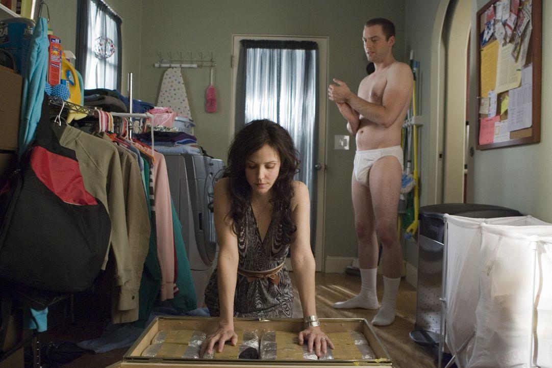 Andy (Justin Kirk, r.) ist geschockt als Nancy (Mary-Louise Parker, l.) ihm die Truhe gefüllt mit Heroin zeigt, die sie in ihrem Haus aufbewahrt ... - Bildquelle: Lions Gate Television
