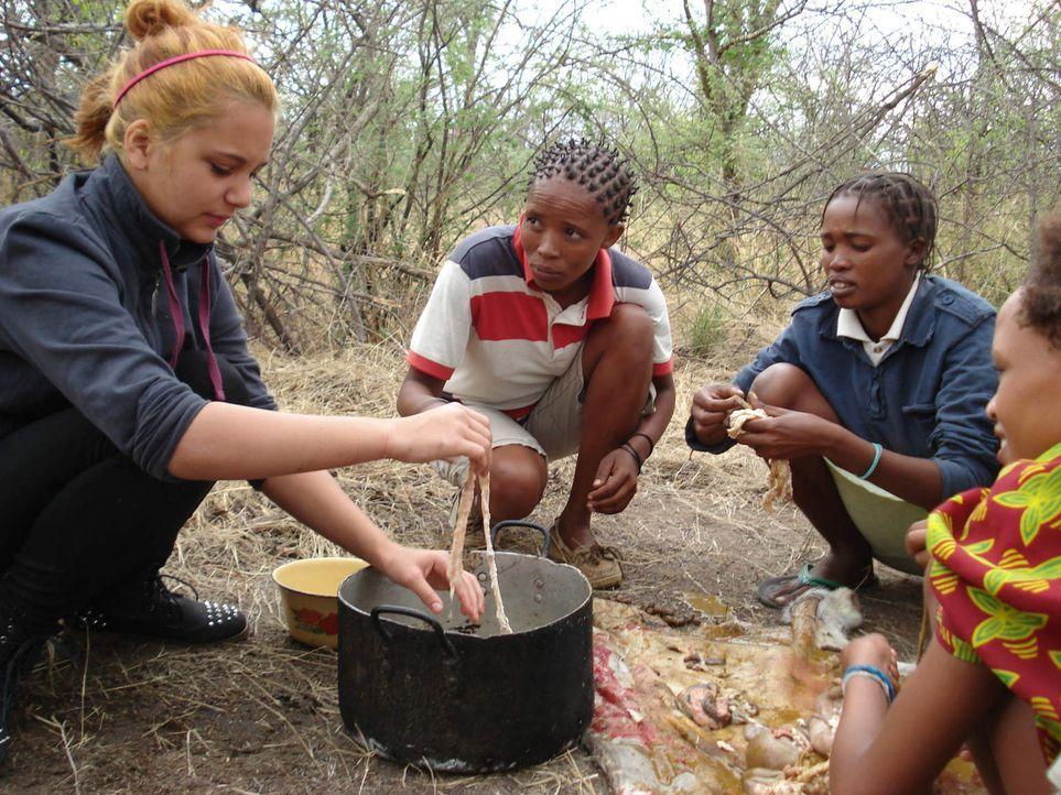 Für Selina (l.) und Dennis hat das disziplinlose Leben bald ein Ende: Statt Shopping, Sex, Kiffen und Dealen ist für die Teenies in Namibia harter A... - Bildquelle: SAT.1