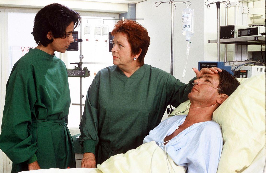 Schwester Klara (Walfriede Schmitt, M.) betreut Herrn Hüttner (Rainer Grenkowitz, r.), wird aber von Dr. Reinsberg (Nicole Leon, l.) ermahnt, dass d... - Bildquelle: Norbert Kuhroeber Sat.1