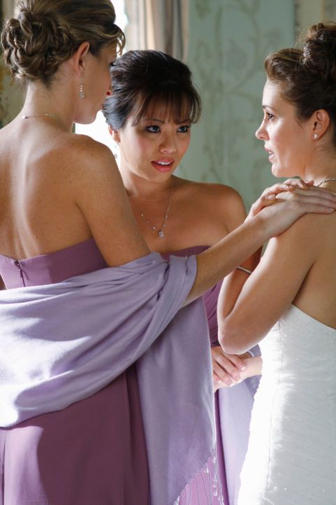 Ruby (Deborah Strang, l.) und Laurie (Gina Hiraizumi, M.) merken, dass die Braut Kyra Blaine (Alyssa Milano, r.) völlig durch den Wind ist ... - Bildquelle: ABC Studios
