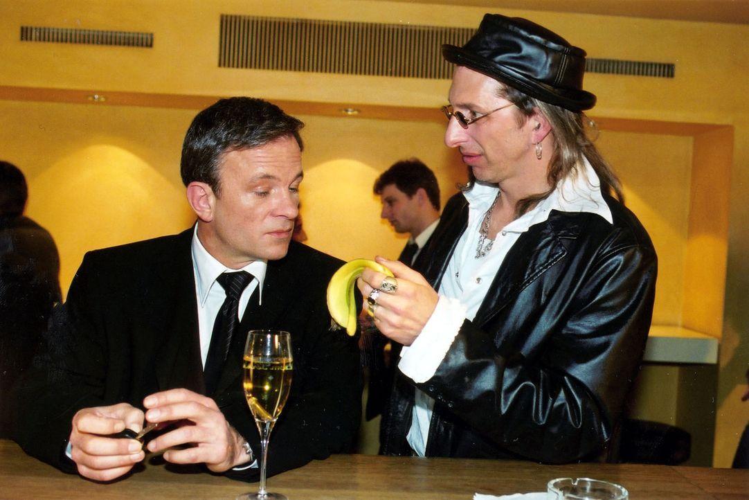 Als Zuhälter verkleidet, konfrontiert Inspektor Rolle (Rufus Beck, r.) den dubiosen Karel Koschwitz (Thomas Anzenhofer, l.) mit einer Bananenschale... - Bildquelle: Oliver Pflug Sat.1