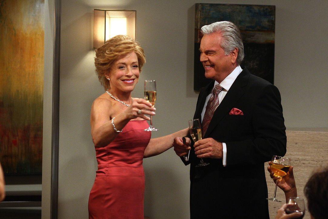 Geben ihre Verlobung bekannt: Teddy (Robert Wagner, r.) und Evelyn (Holland Taylor, l.) ... - Bildquelle: Warner Brothers Entertainment Inc.
