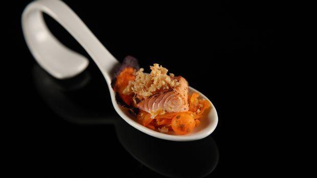 Rezept: Geflämmter Lachs mit dreierlei Karotten & Panko-Crunch | {Alexander herrmann rezepte & tipps 98}