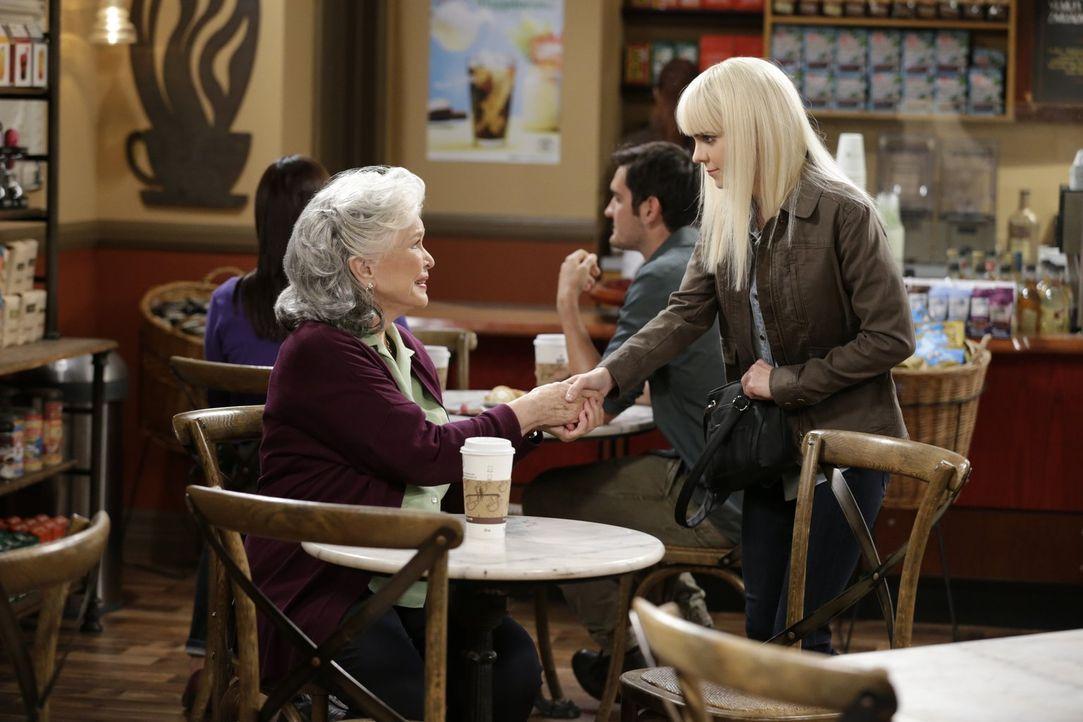Gegen den Willen ihrer Mutter trifft sich Christy (Anna Farris, r.) mit ihrer entfremdeten Großmutter Shirley (Ellen Burstyn, l.) ... - Bildquelle: 2015 Warner Bros. Entertainment, Inc.