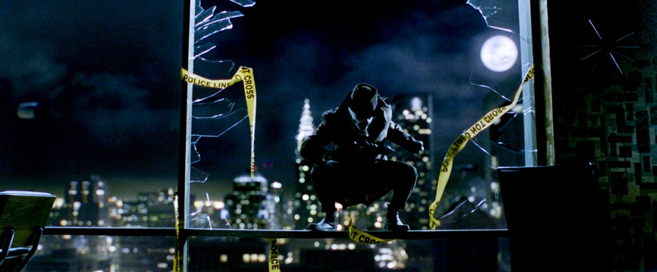 """Superheld The Comedian"""" wird in seinem New Yorker Appartement von einem Unbekannten überfallen und aus dem Fenster geworfen. Die Polizei geht von e... - Bildquelle: Paramount Pictures"""
