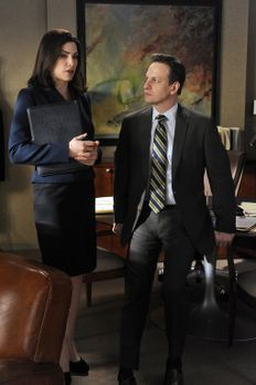 Good Wife - Will Gardner (Josh Charles, r.) gratuliert Alicia Florrick (Julia...