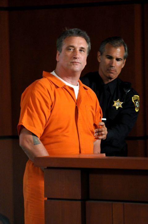 Moe Kitchener (Daniel Baldwin, l.) wird beschuldigt, die junge Kate in eine Kiste gesperrt zu haben. - Bildquelle: Warner Bros. Television