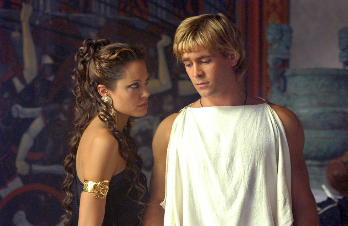 Olympias (Angelina Jolie, l.) ist stolz auf ihren Sohn Alexander (Colin Farrell, r.). Ob sie wohl ahnt, dass er später als der grösste Eroberer al... - Bildquelle: Constantin Film