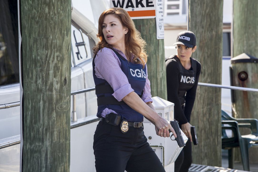 Brody (Zoe McLellan, r.) und ihre Kollegen schließen sich mit Abigail Borin (Diane Neal, l.) von der Küstenwache zusammen, um einen zweifachen Mordf... - Bildquelle: 2014 CBS Broadcasting Inc. All Rights Reserved.