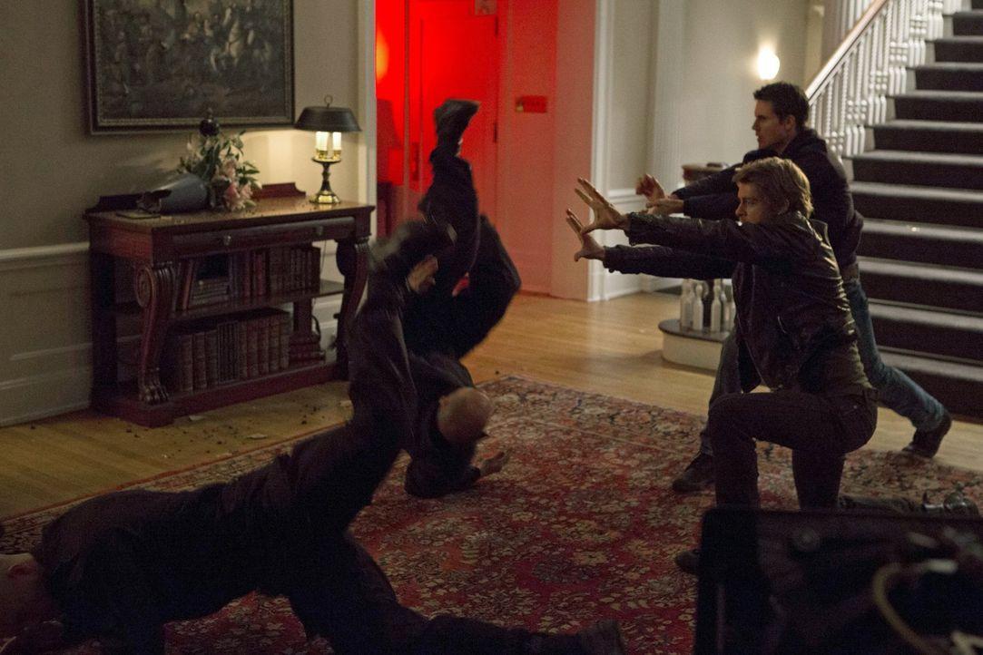 Ein gefährlicher Plan könnte John (Luke Mitchell, vorne) und Stephen (Robbie Amell, hinten) das Leben kosten oder ihnen endlich ein relativ normales... - Bildquelle: Warner Bros. Entertainment, Inc