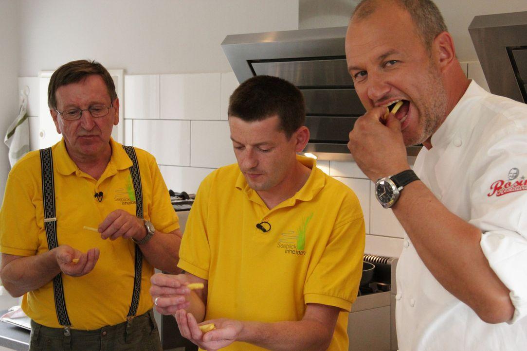 """Die Freunde von Marcus Schmidt packen mit an und helfen Sternekoch Frank Rosin (r.), das Restaurant """"Seeblick Inheiden"""" auf Vordermann zu bringen: G... - Bildquelle: kabel eins"""