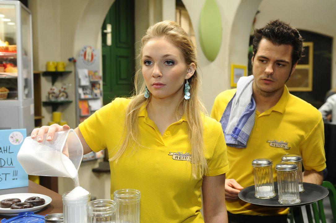Lily (Jil Funke, l.) erkennt, dass ausgerechnet der Coffeeshop kein guter Ort für ihren Neuanfang ist ... - Bildquelle: SAT.1