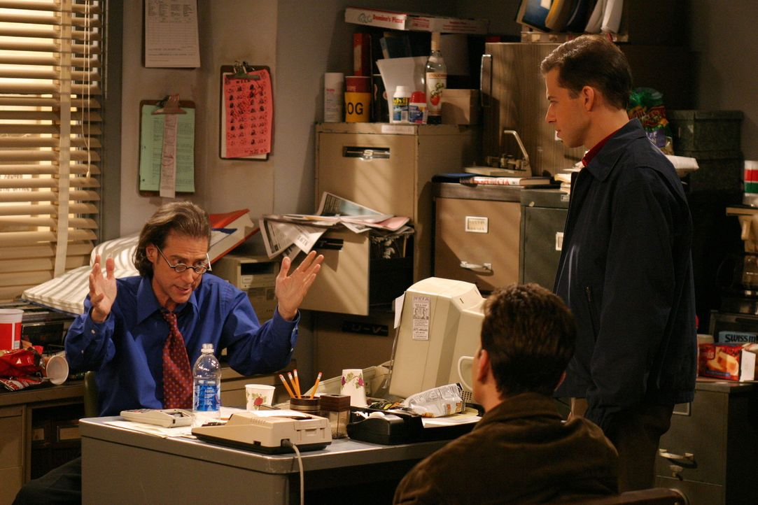Stan (Richard Lewis, l.) verhält sich etwas komisch. Darüber sind Charlie (Charlie Sheen, M.) und Alan (Jon Cryer, r.) verwundert ... - Bildquelle: Warner Brothers Entertainment Inc.