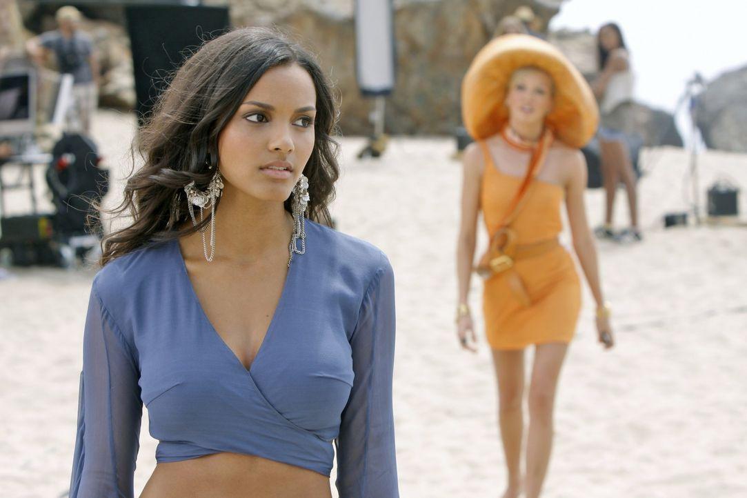 Wie weit wird Riley (Jessica Lucas, l.) gehen, um Ella (Katie Cassidy, r.), und damit Jonah, nicht zu enttäuschen... - Bildquelle: 2009 The CW Network, LLC. All rights reserved.