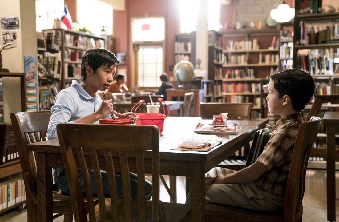 Sheldon (Ian Armitage, r.) entschließt sich dazu, Jiu-Jitsu zu lernen und hofft auf die Unterstützung von Tam (Ryan Phuong, l.), doch dieser scheint... - Bildquelle: Warner Bros. Television