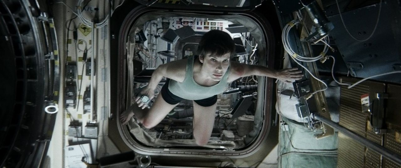 Odyssee im Weltraum: Als ihr Shuttle von Trümmerteilen zerstört wird, muss Ryan (Sandra Bullock), die sich auch noch auf ihrer allerersten Mission i... - Bildquelle: Warner Brothers