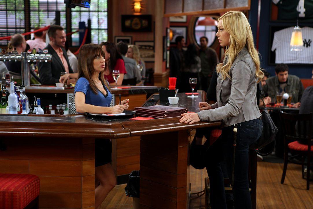 Können sich nicht leiden: Chelsea (Laura Prepon, r.) und Nikki (Natasha Leggero, l.) ... - Bildquelle: Warner Brothers