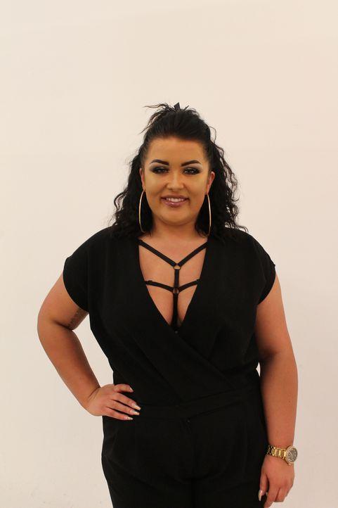 Bei der Suche nach ihrem Traummann setzt Jodie auf ihr eigenwilliges Make-up und ihr ausladendes Dekolleté. Ihr Look ist möglicherweise einer der Gr... - Bildquelle: Licensed by Fremantle Media Enterprises Ltd.