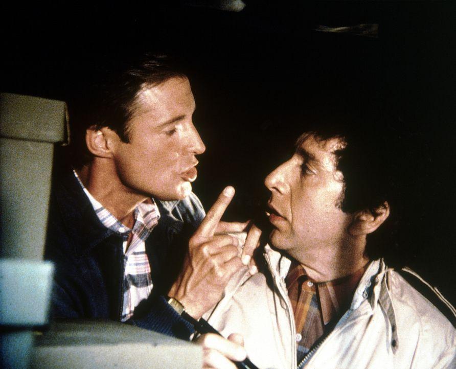 Das Gedächtnisgenie Zhmed Doorlof (Allan Kolman, r.) wird von Lee (Bruce Boxleitner) aus der Gewalt des KGB befreit ...