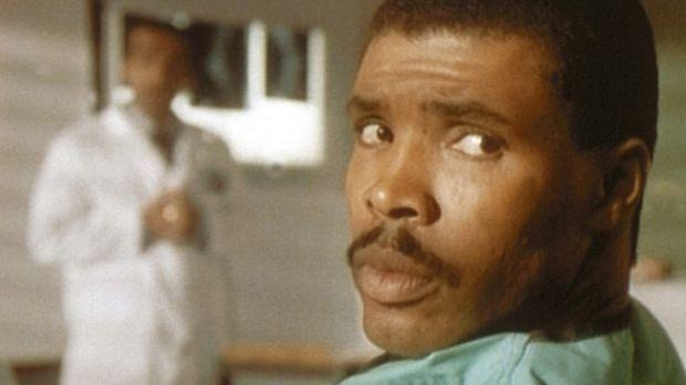 Benton (Eric LaSalle, r.) fühlt sich durch das Getuschel im Hintergrund von D...
