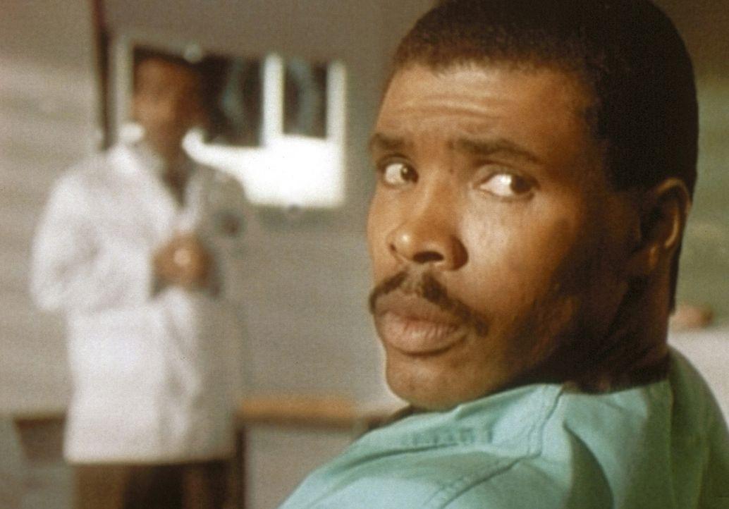Benton (Eric LaSalle, r.) fühlt sich durch das Getuschel im Hintergrund von Deb und Carter gestört. - Bildquelle: TM+  WARNER BROS.