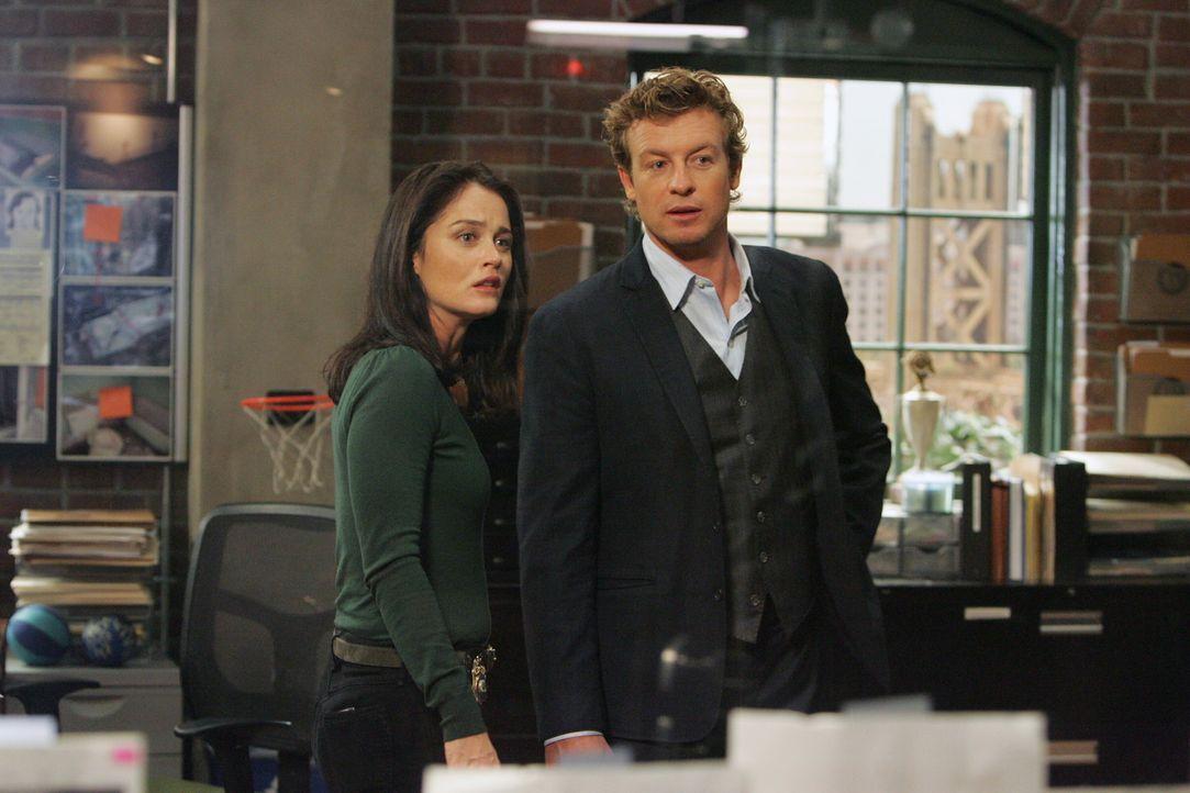 Als ein unter Hypnose stehender Mann eine Leiche in die CBI-Zentrale bringt, beginnen für Teresa (Robin Tunney, l.) und Patrick (Simon Baker, r.) d... - Bildquelle: Warner Bros. Television