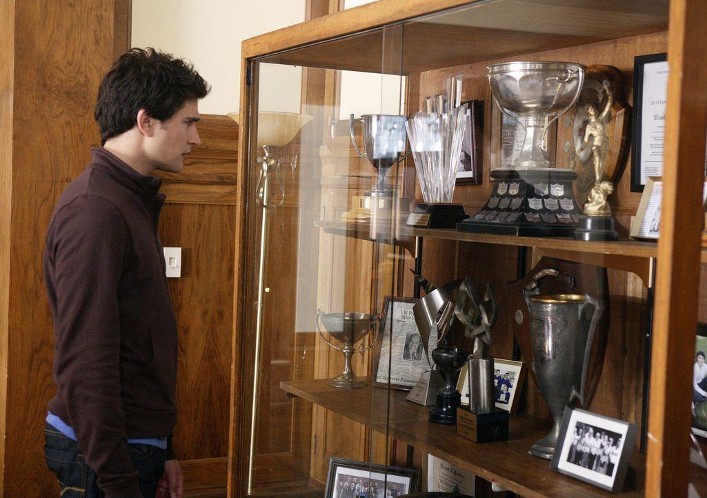 Kyle (Matt Dallas) entdeckt plötzlich in einer Vitrine der Universität ein Foto von einem Studenten, der genauso aussieht wie er - hat er also doc... - Bildquelle: TOUCHSTONE TELEVISION