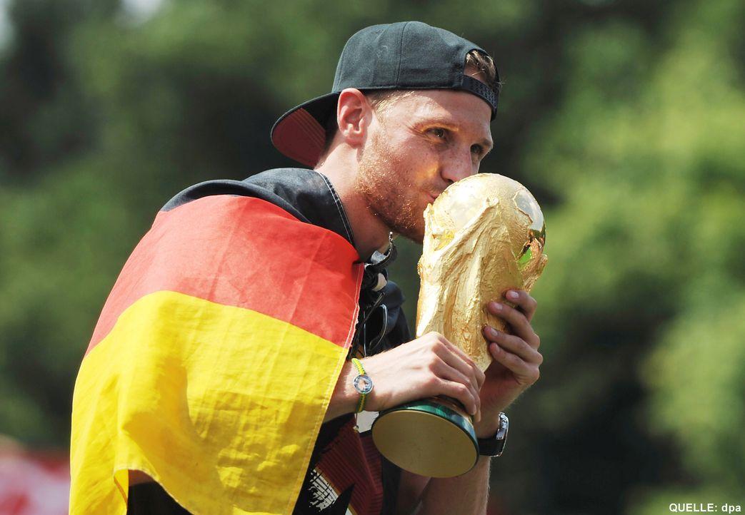 WM-ankunft-nationalmannschaft-berlin-20-140715-dpa - Bildquelle: dpa
