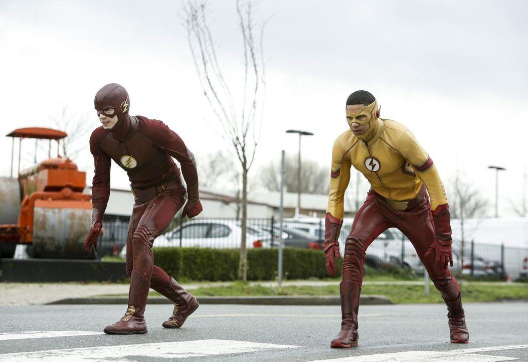 Liefern sich ein Wettrennen, dass zeigen wird, ob The Flash immer noch der schnellste Mann der Welt ist: Barry alias The Flash (Grant Gustin, l.) un... - Bildquelle: 2016 Warner Bros.
