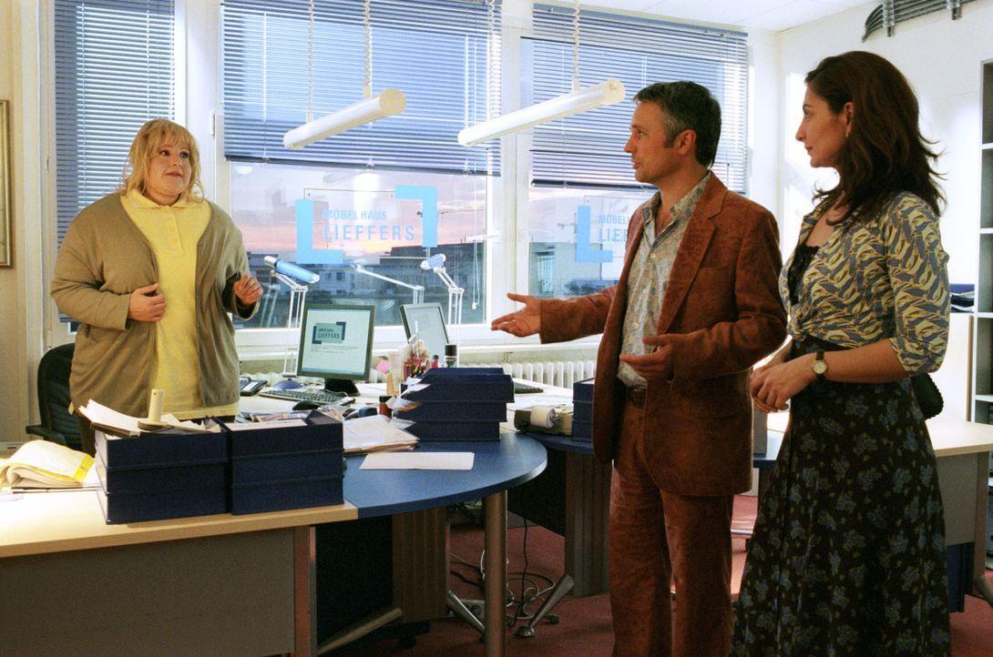 Sophie (Sophie Schütt, l.) hat sich in ein Kostüm gezwängt, um Richterin von Ehrenfeld (Proschat Madani, r.) zu beweisen, dass Firmenchef Lieffers (... - Bildquelle: Noreen Flynn Sat.1