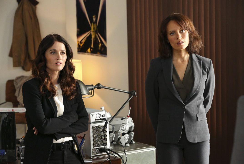 Lisbon (Robin Tunney, l.) und Fischer (Emily Swallow, r.) versuchen dem mysteriösen Mordfall eines High-Tech-Kartographen auf die Schliche zu kommen... - Bildquelle: Warner Bros. Television