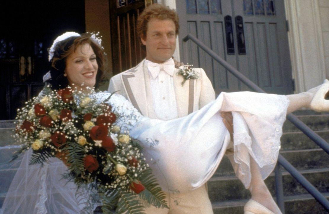 Traumhochzeit: US-Verleger Larry Flynt (Woody Harrelson, r.) heiratet die Stripperin Althea (Courtney Love, l.) ... - Bildquelle: Columbia Pictures