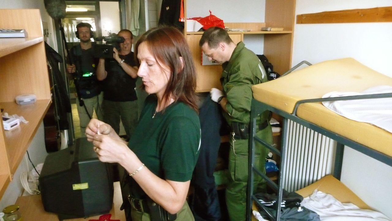 """Stacheldraht und dicke Mauern trennen sie von der Außenwelt: Für Häftlinge und Schließer ist die JVA Dresden """"ihre Welt"""" - mit eigenen Gesetzen.... - Bildquelle: SAT.1"""