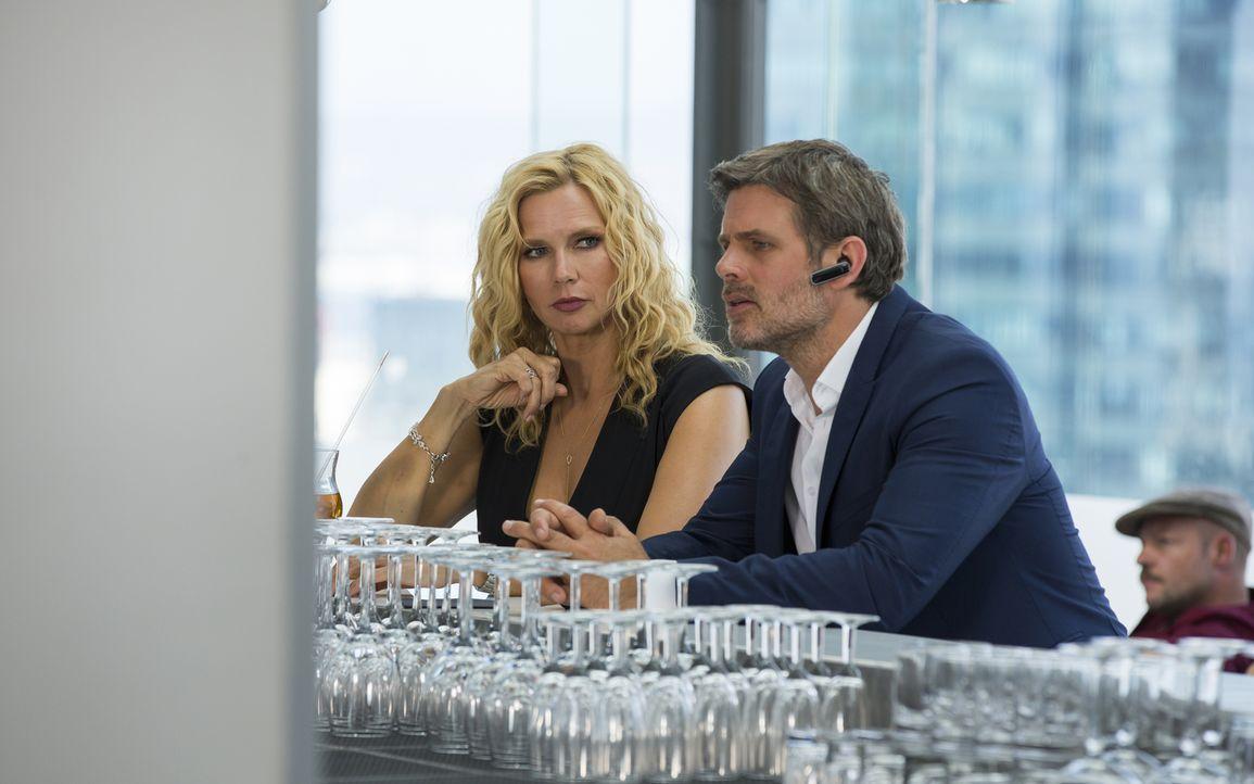 Als Annabel (Veronica Ferres, l.) den gutaussehenden Tom (Steffen Groth, r.) kennenlernt, bemerkt sie sofort, dass dieser nur an reichen Frauen inte... - Bildquelle: Charlie Sperring SAT.1