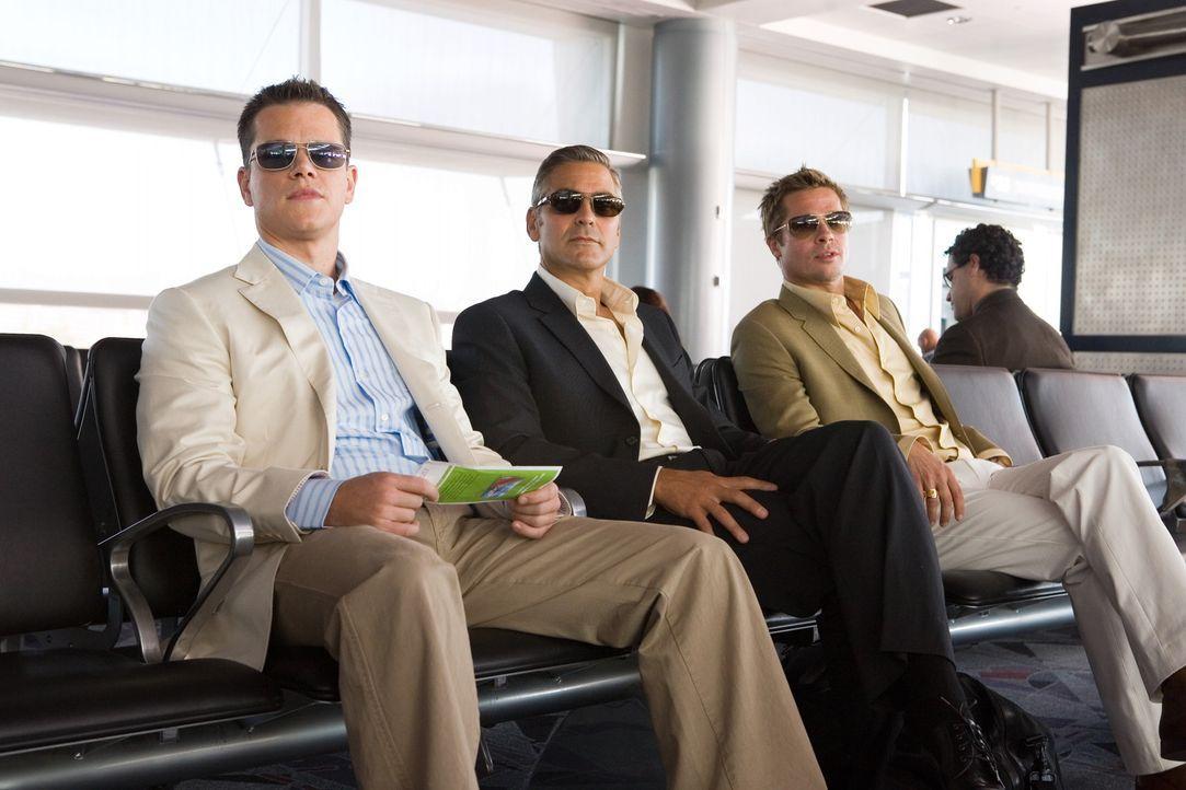 Danny Ocean (George Clooney, M.) und seine Jungs (Matt Damon, l. und Brad Pitt, r.) können sich nur einen einzigen guten Grund vorstellen, den ehrg... - Bildquelle: TM &   Warner Bros. All Rights Reserved