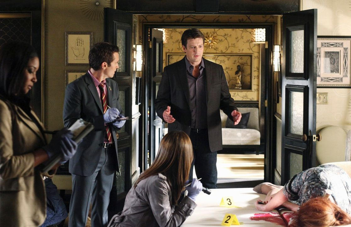 Richard Castle (Nathan Fillion, r.) erzählt am Tatort von seiner Begegnung mit der ermordeten Hellseherin Vivien. Lanie Parish (Tamala Jones, l.), K... - Bildquelle: 2010 American Broadcasting Companies, Inc. All rights reserved.