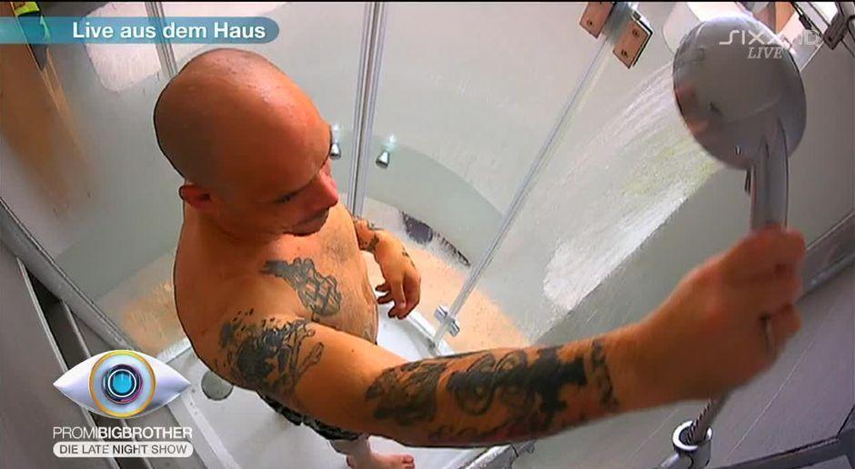 beim duschen nackt