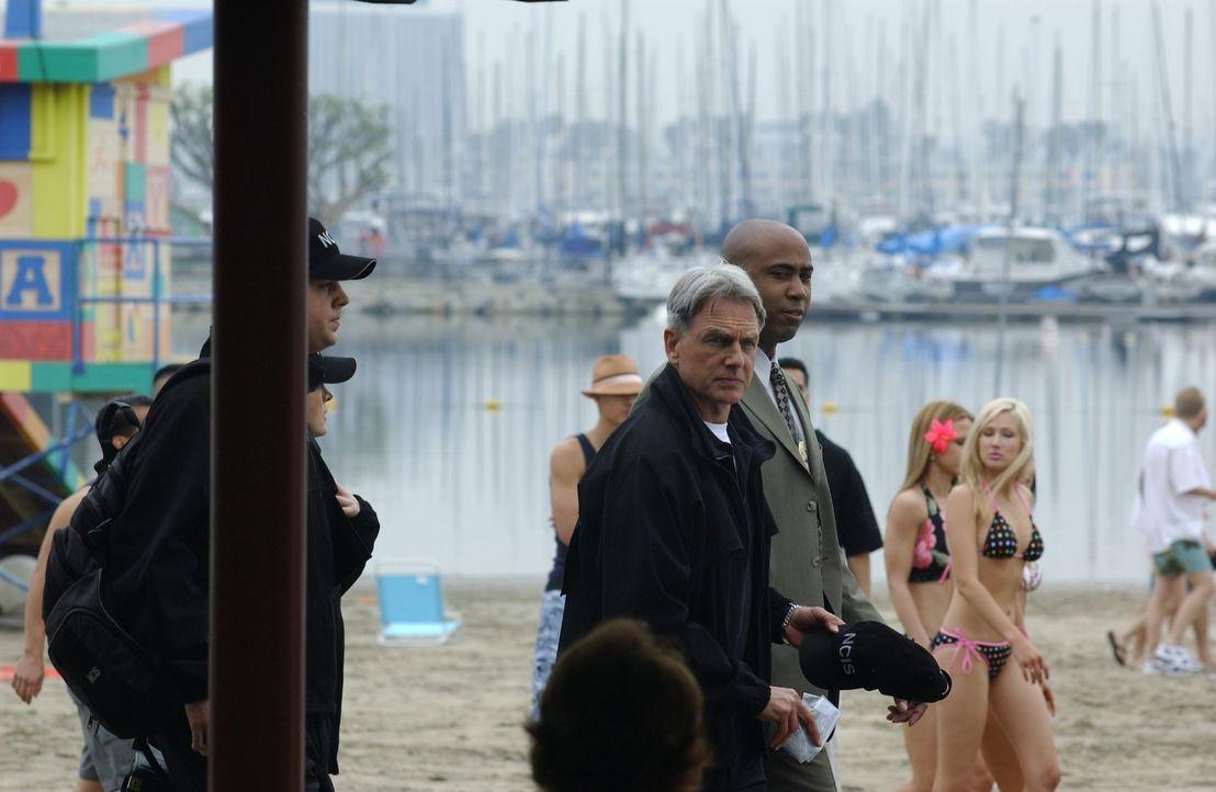 Am Rande eines Bikini-Wettbewerbs wird die Leiche einer jungen Navy-Angehörigen gefunden. Timothy McGee (Sean Murray, l.), Kate Todd (Sasha Alexand... - Bildquelle: CBS Television