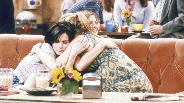 Phoebe (Lisa Kudrow, r.) leidet unter Stimmungsschwankungen. Monica (Courtene...
