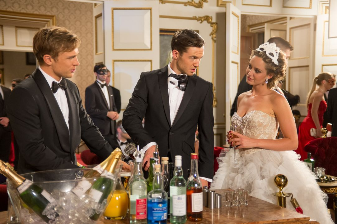 Partytime im Palast - der Tag des großen Maskenballs ist da - doch für Ophelia (Merritt Patterson, r.), Prinz Liam (William Moseley, l.) und Nick (T... - Bildquelle: Jim Marks 2014 E! Entertainment Media LLC/Lions Gate Television Inc.