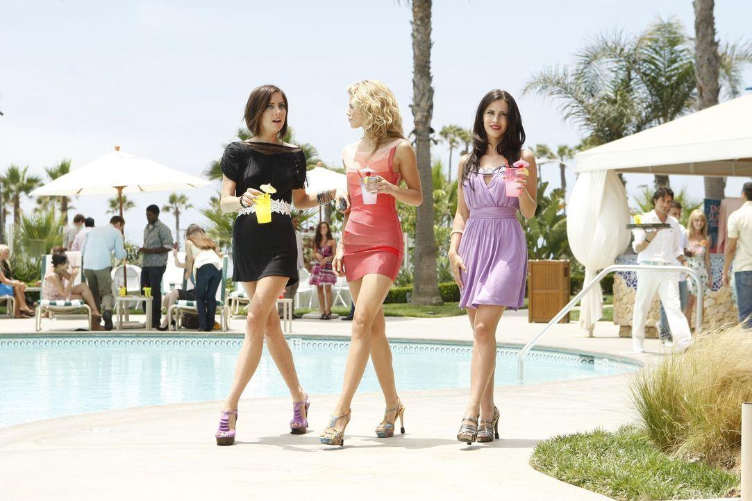 Silver (Jessica Stroup, l.), Naomi (AnnaLynne McCord, M.) und Adrianna (Jessica Lowndes, r.) sind dazu bestimmt, die WBH zu regieren - oder doch nic... - Bildquelle: TM &   CBS Studios Inc. All Rights Reserved